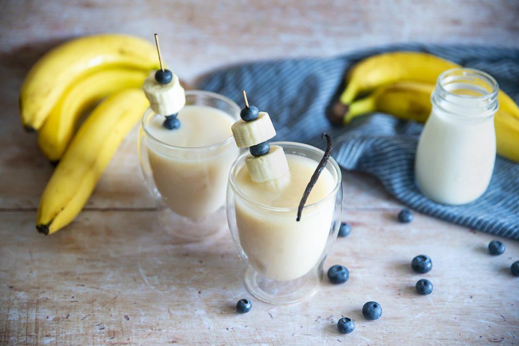 te bianco con latte alla vaniglia e banane