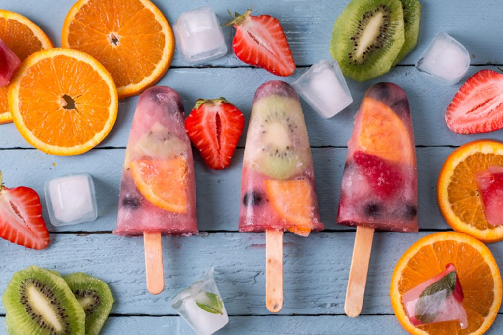 dolci estivi ghiaccioli di frutta e yogurt