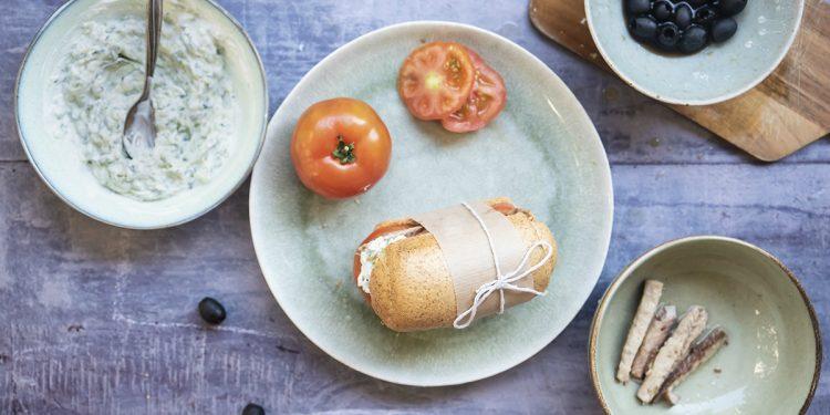 panino con tzatziki, sgombro, olive nere e pomodoro