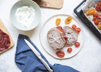 panino con ricotta al basilico, bresaola e pomodori confit