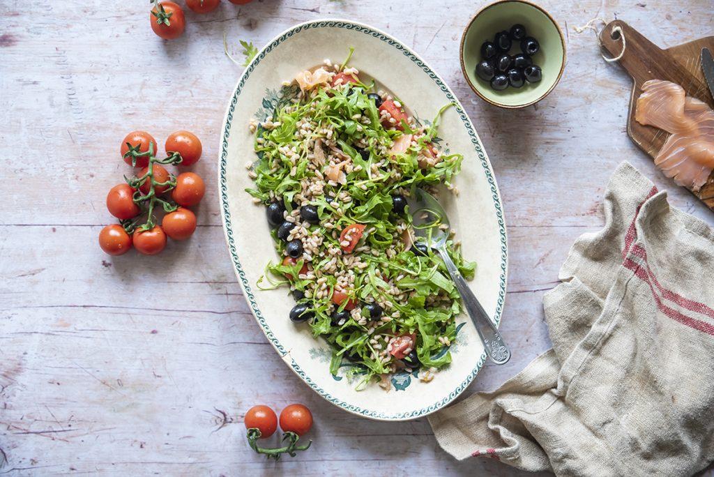 ricette con farro insalata di farro con salmone affumicato rucola olive pomodorini