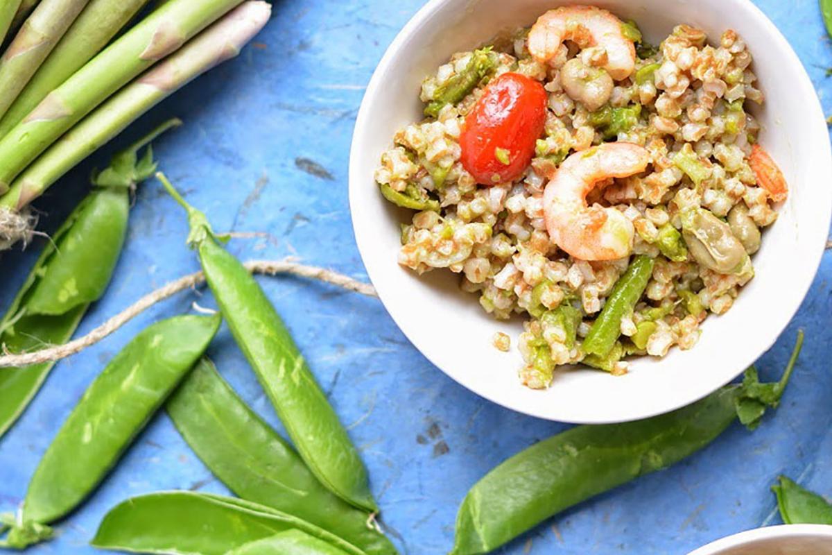 ricette con farro insalata primaverile di farro fave asparagi gamberi