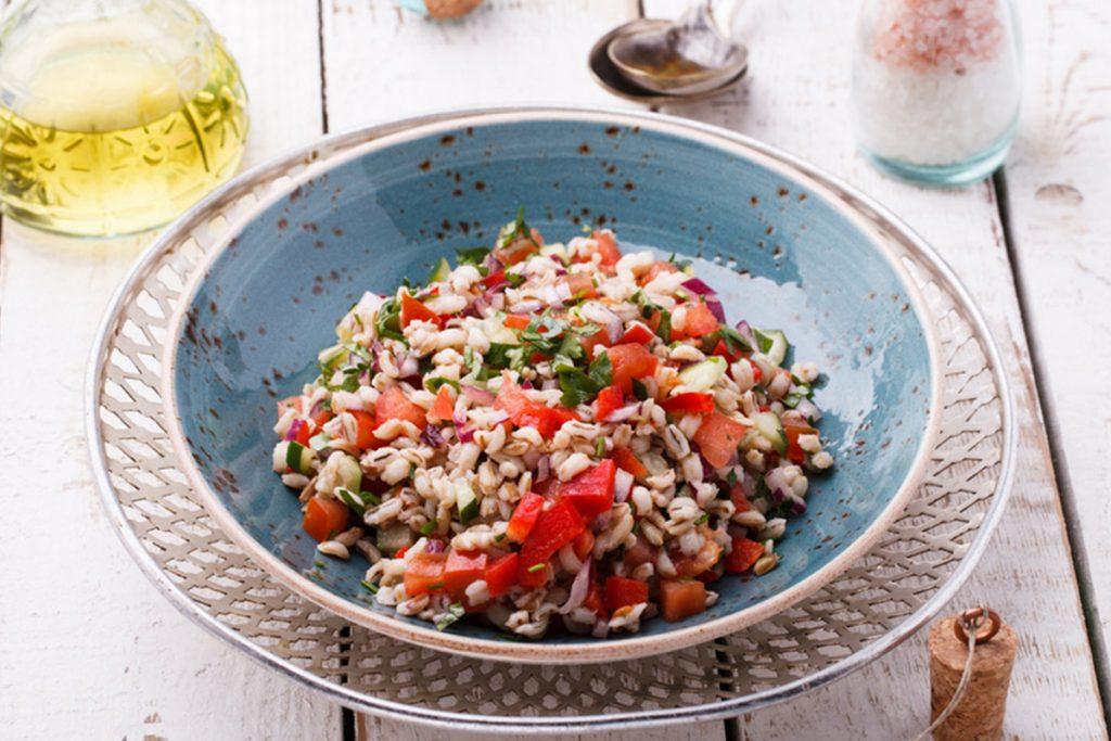 ricette con orzo: orzo con pomodorini e olive