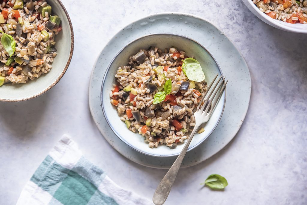 ricette con insalata di farro con melanzane, zucchine e peperoni al basilico