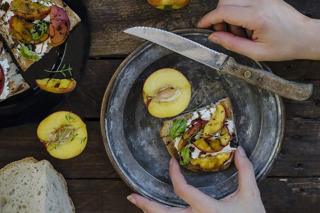 ricette con pesche bruschetta con caprino, pesche grigliate e riduzione di aceto balsamico