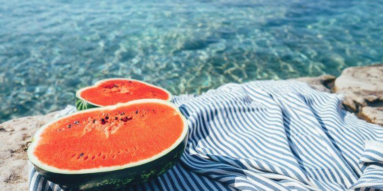 pancia gonfia d'estate: i cibi da portare in spiaggia