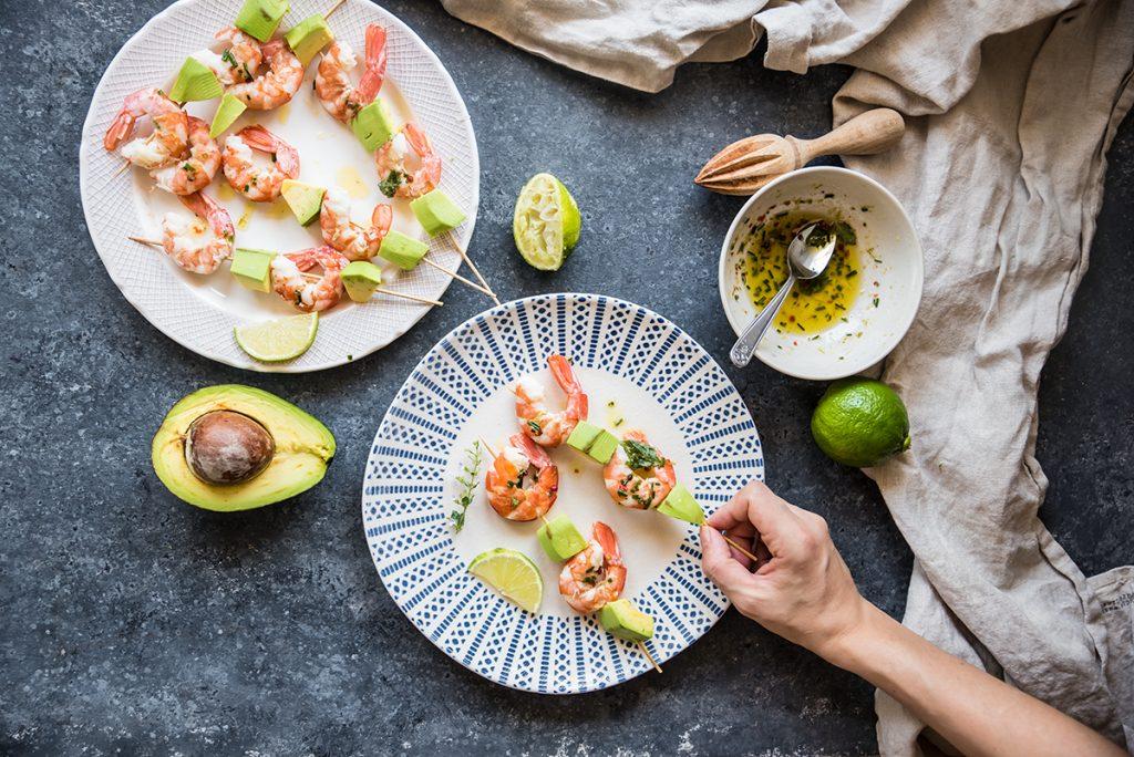ricette ferragosto spiedini di gamberi e avocado