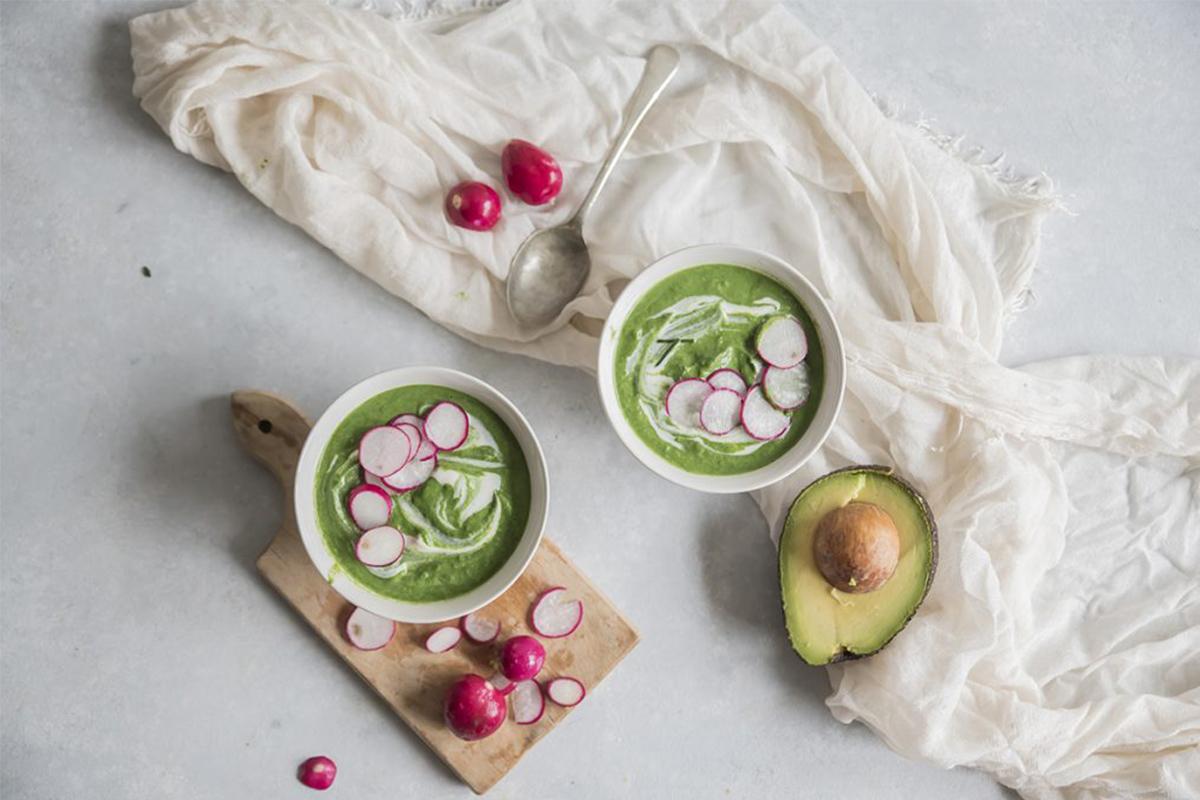 Zuppe fredde: zuppa di avocado con spinaci e ravanelli croccanti