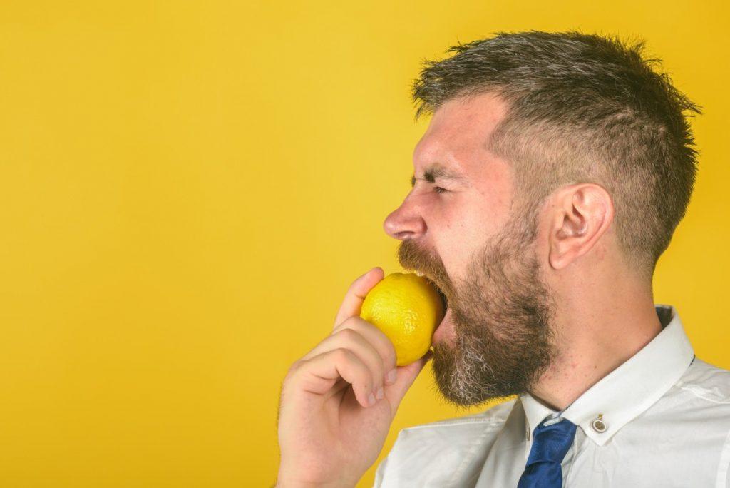 bere acqua e limone dà alito fresco