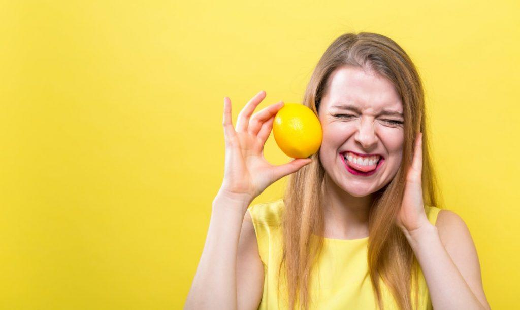 bere acqua e limone fa bene alla pelle