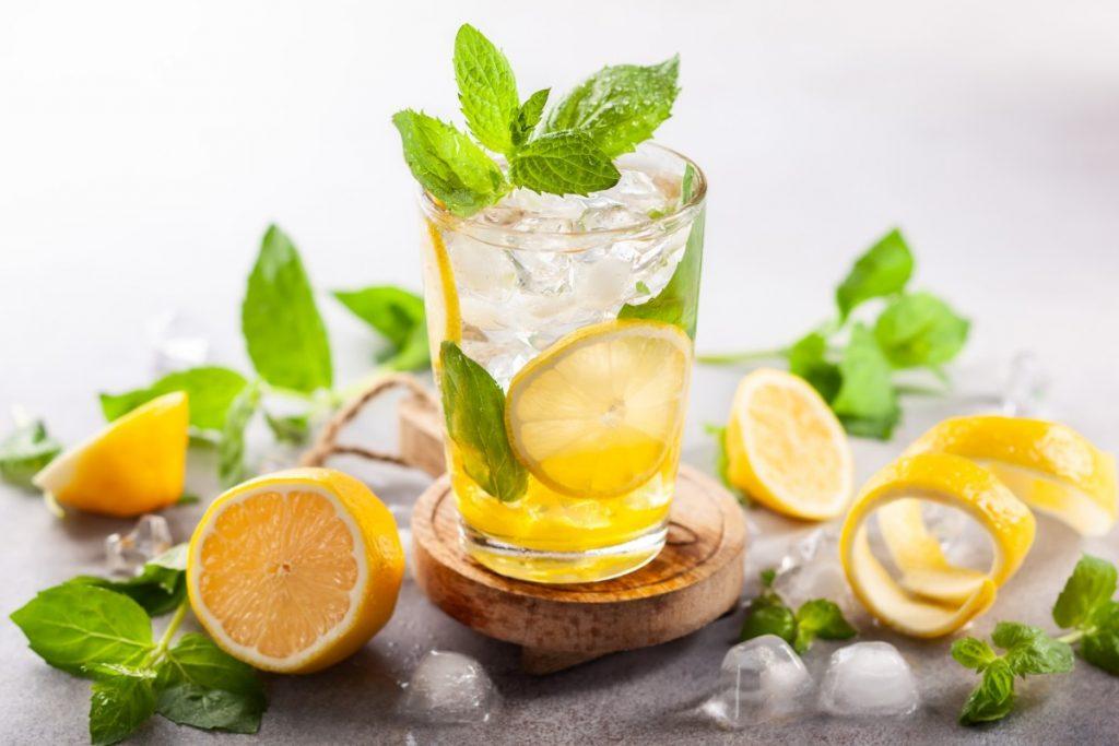 bere acqua e limone rinforza il sistema immunitario
