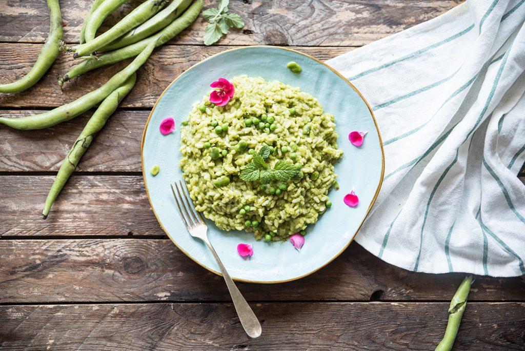 ricette con riso: risotto con crema di fave e piselli freschi