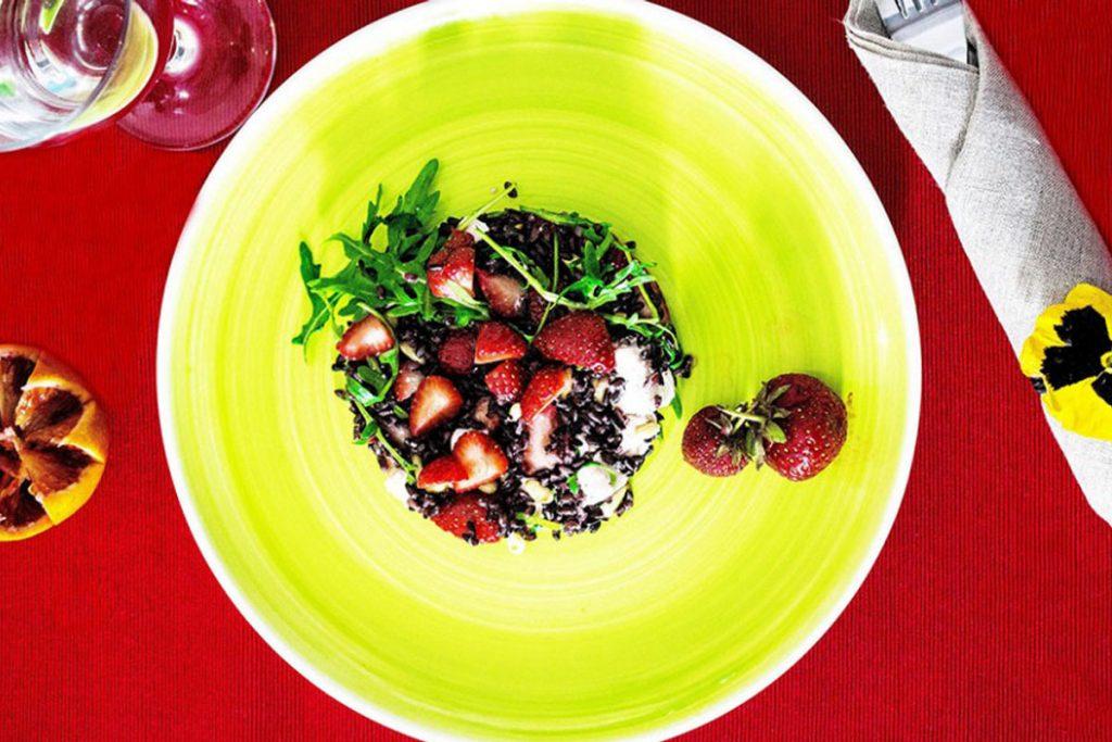 ricette con riso: riso venere con fragole e feta
