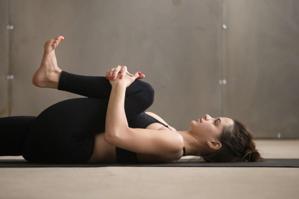 mal di schiena llombalgia stretching ginocchia petto