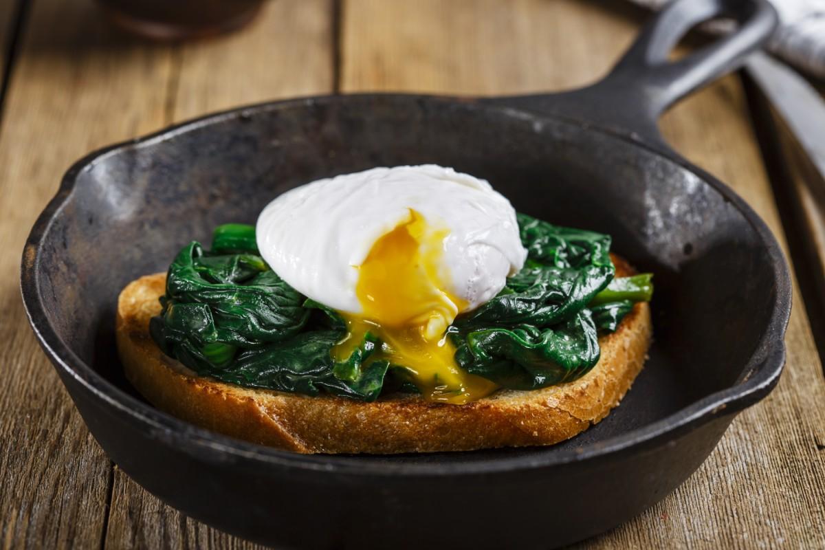 ricette con spinaci: bruschetta spinaci e uova