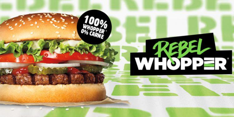 Burger King lancia anche in Italia il Rebel Whopper, l'hamburger 100% vegetale che sembra carne