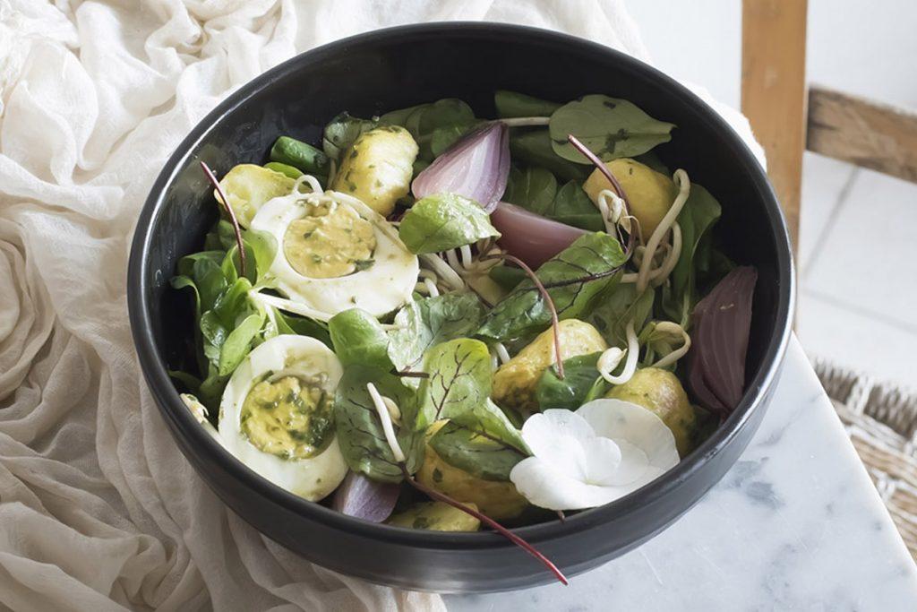 ricette con germogli: insalata patate, cipolle rosse, germogli di soia
