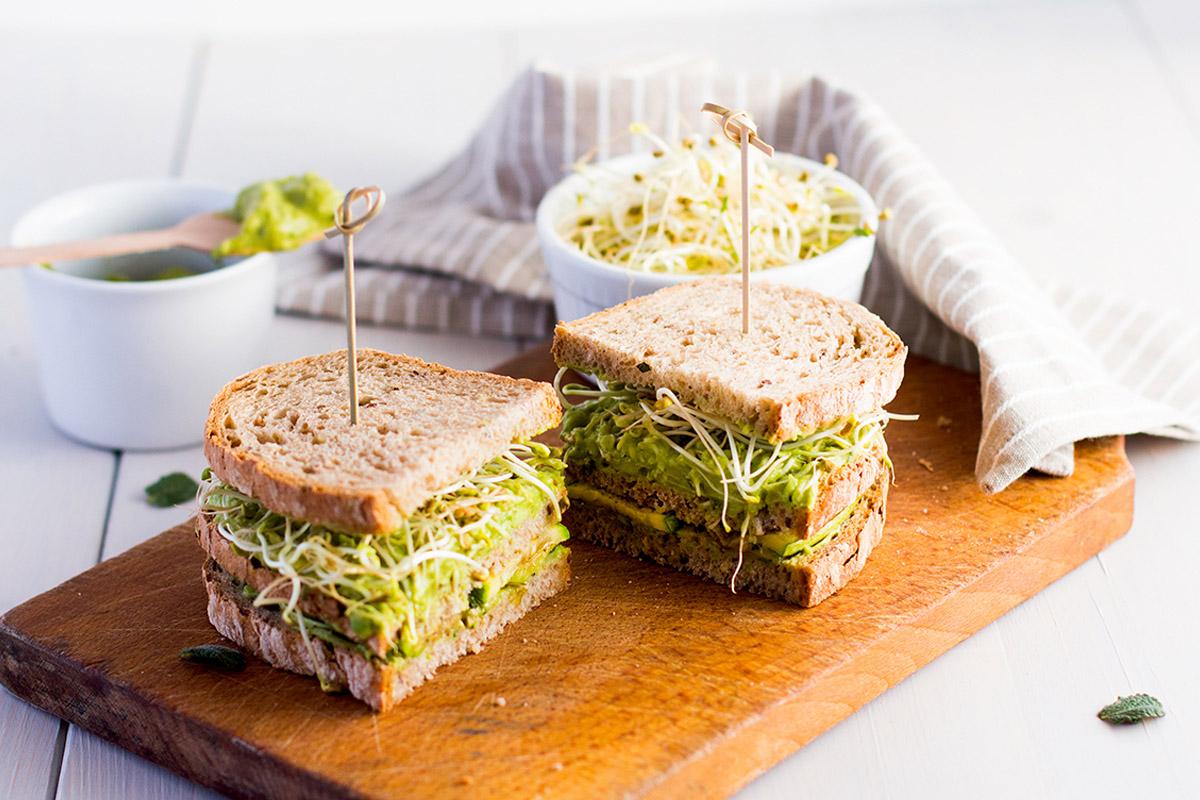 ricette con germogli: panino integrale con zucchine e germogli di fieno greco