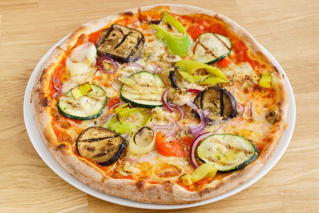 Ricette con germogli: pizza con zucchine grigliate e germogli di porro