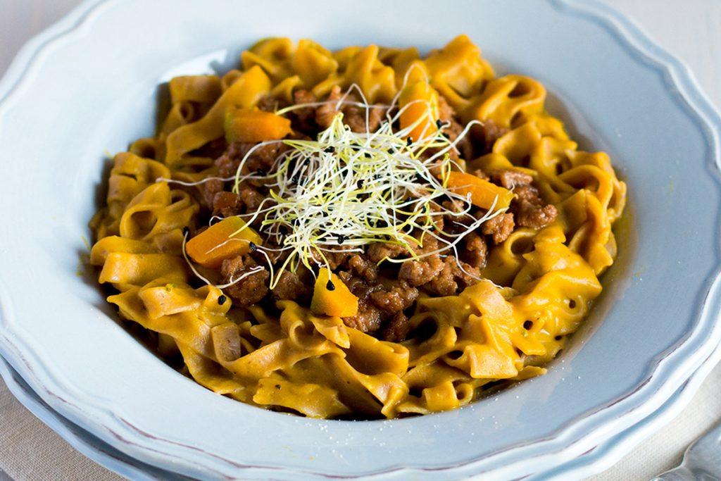 ricette con germogli: tagliolini di castagne alla crema di zucca e germogli di porro