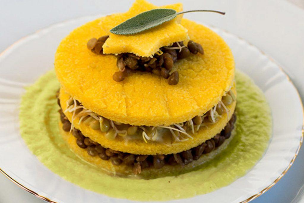 Ricette con germogli: torretta di polenta e lenticchie germogliate con salsa ai porri