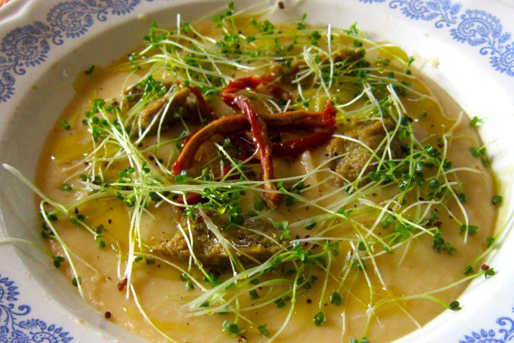 Ricette con germogli: vellutata di cannellini con pesto di broccoli, pomodoro secco e germogli di broccolo
