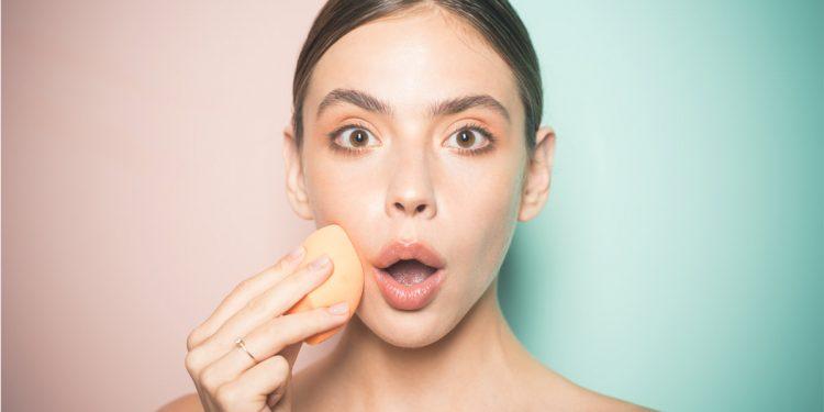 Prodotti e accessori make up: rischio batteri se non puliti e usati dopo la scadenza