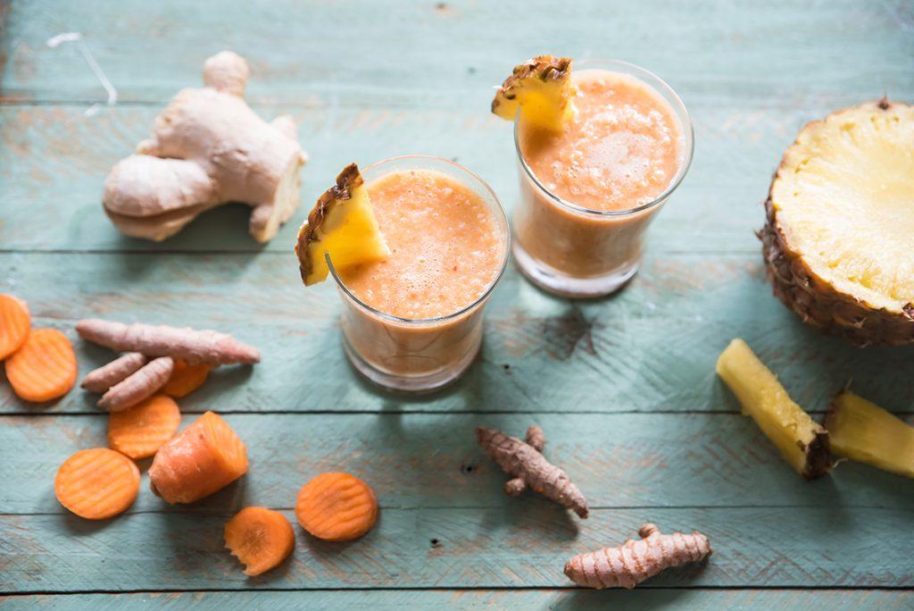 bevande energetiche: smoothie con carota, mela, ananas e zenzero