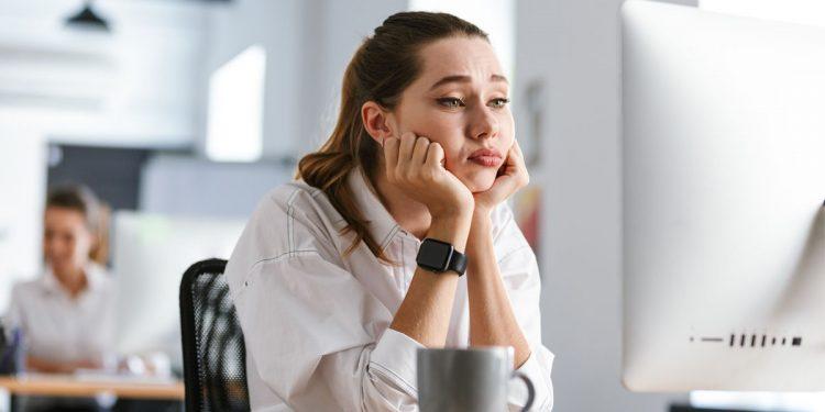 Stare molto tempo seduto alla scrivania aumenta rischio ipertensione nascosta