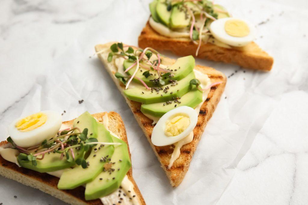tartine uova di quaglia e avocado