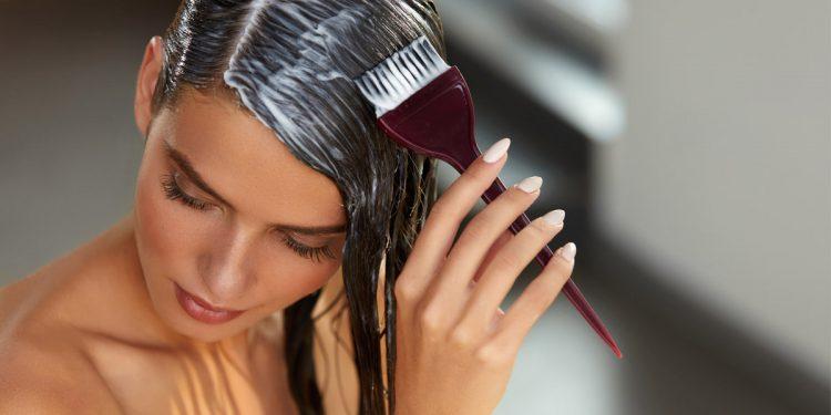 Tumore al seno: tinture e liscianti chimici per i capelli possono aumentare il rischio
