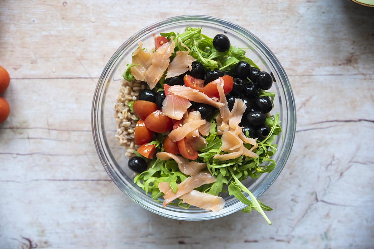 Insalata di farro, salmone affumicato, rucola, olive, pomodorini