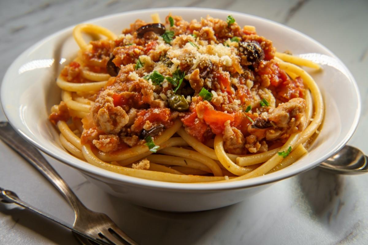 Pasta al ragù vegetale con olive e capperi