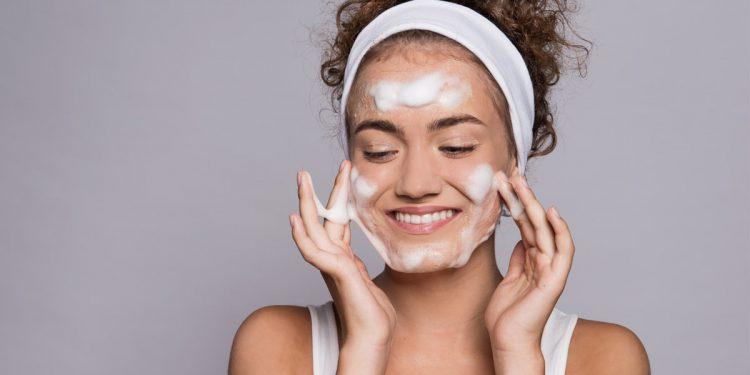 Detergere la pelle, il primo passo della tua routine quotidiana di bellezza: 10 prodotti da provare