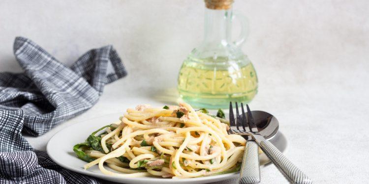 spaghetti al tonno in bianco o al pomodoro: 2 ricette veloci