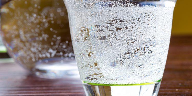 Bere poca acqua causa insonnia
