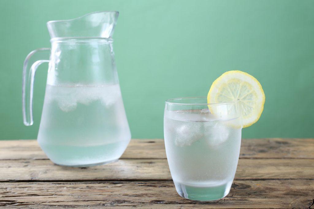 Bere poca acqua può accorciare il sonno di due ore