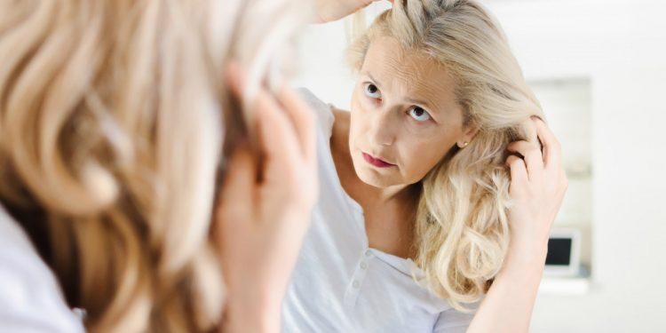 Capelli bianchi: la colpa è dello stress e uno studio ha capito perché