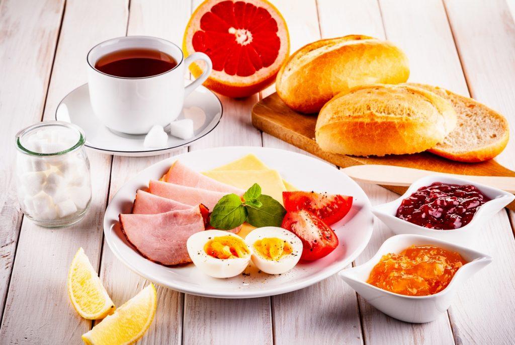 Dolce o salata, meglio una ricca colazione che una cena abbondante