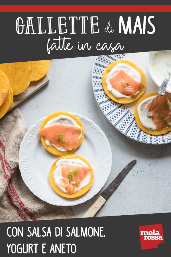 gallette di mais fatte in casa con salsa salmone yogurt