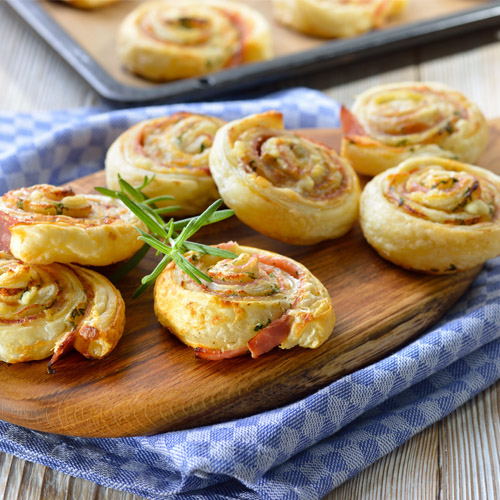Girelle di pasta sfoglia con zucchine e prosciutto cotto