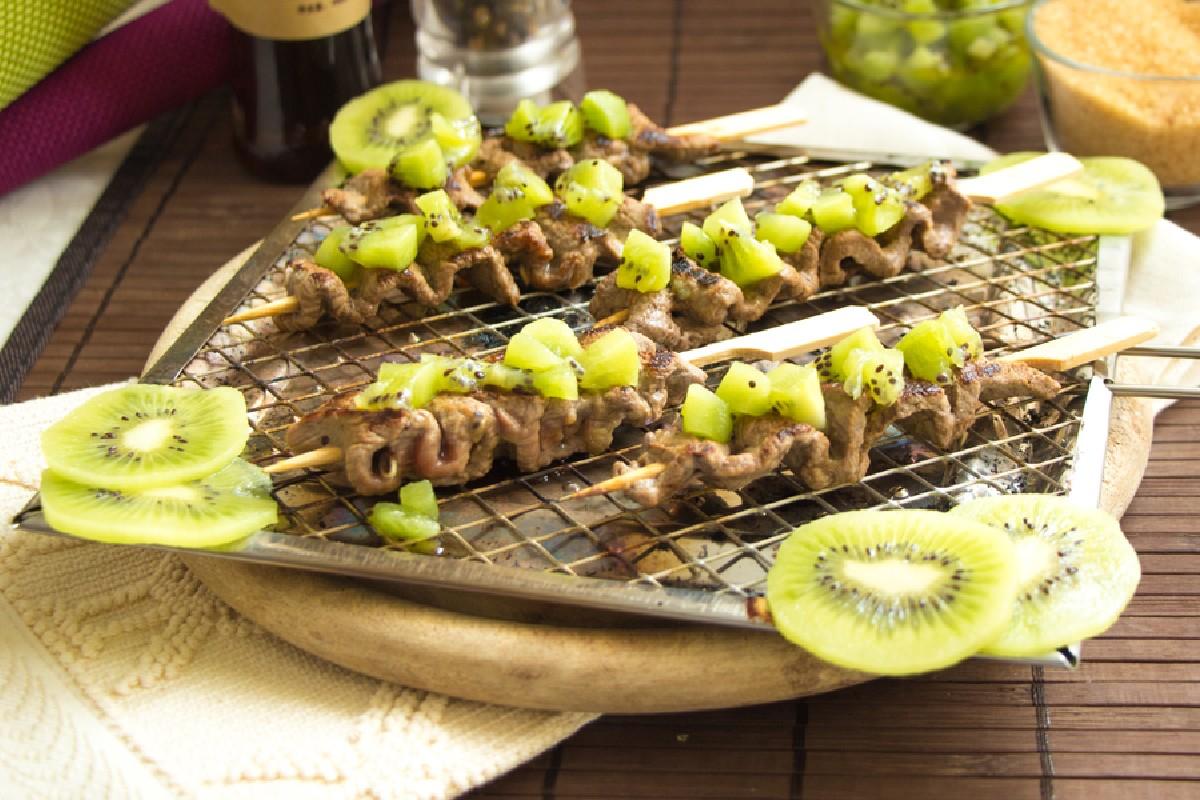 Gli spiedini di manzo e kiwi sono un secondo piatto di carme light e senza glutine.