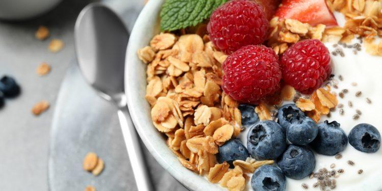 Si può perdere peso guardando l'orologio: meglio una ricca colazione che uno spuntino a tarda sera