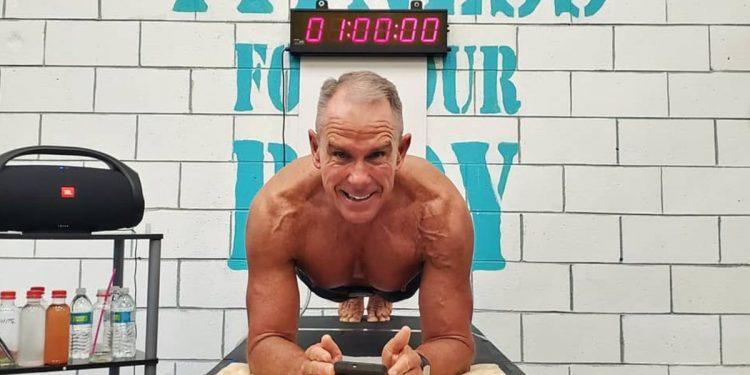 Plank, nuovo record mondiale: un 62 enne resta in posizione per più di 8 ore