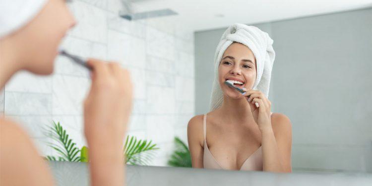 Denti: i consigli per mantenerli sani con una corretta igiene orale a casa