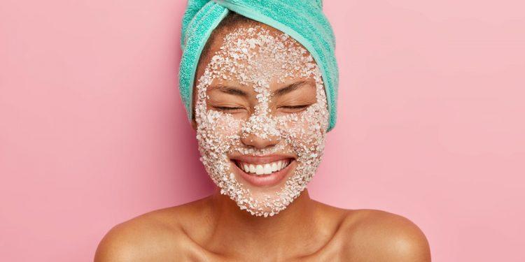 Scrub viso: benefici, consigli e 10 prodotti scelti per te
