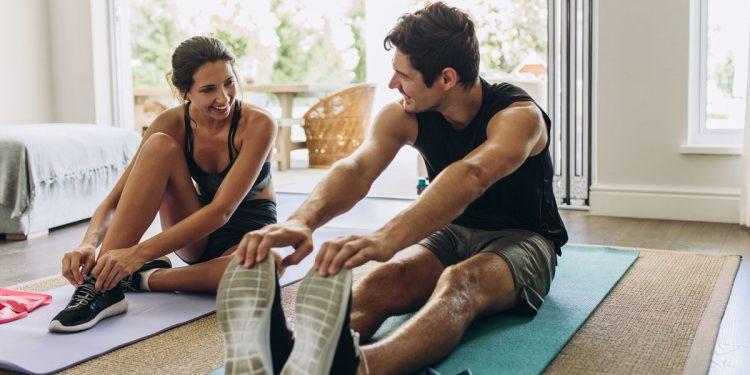 Fare sport a casa: perché è importante e cosa mangiare prima e dopo l'allenamento. I consigli del nutrizionista