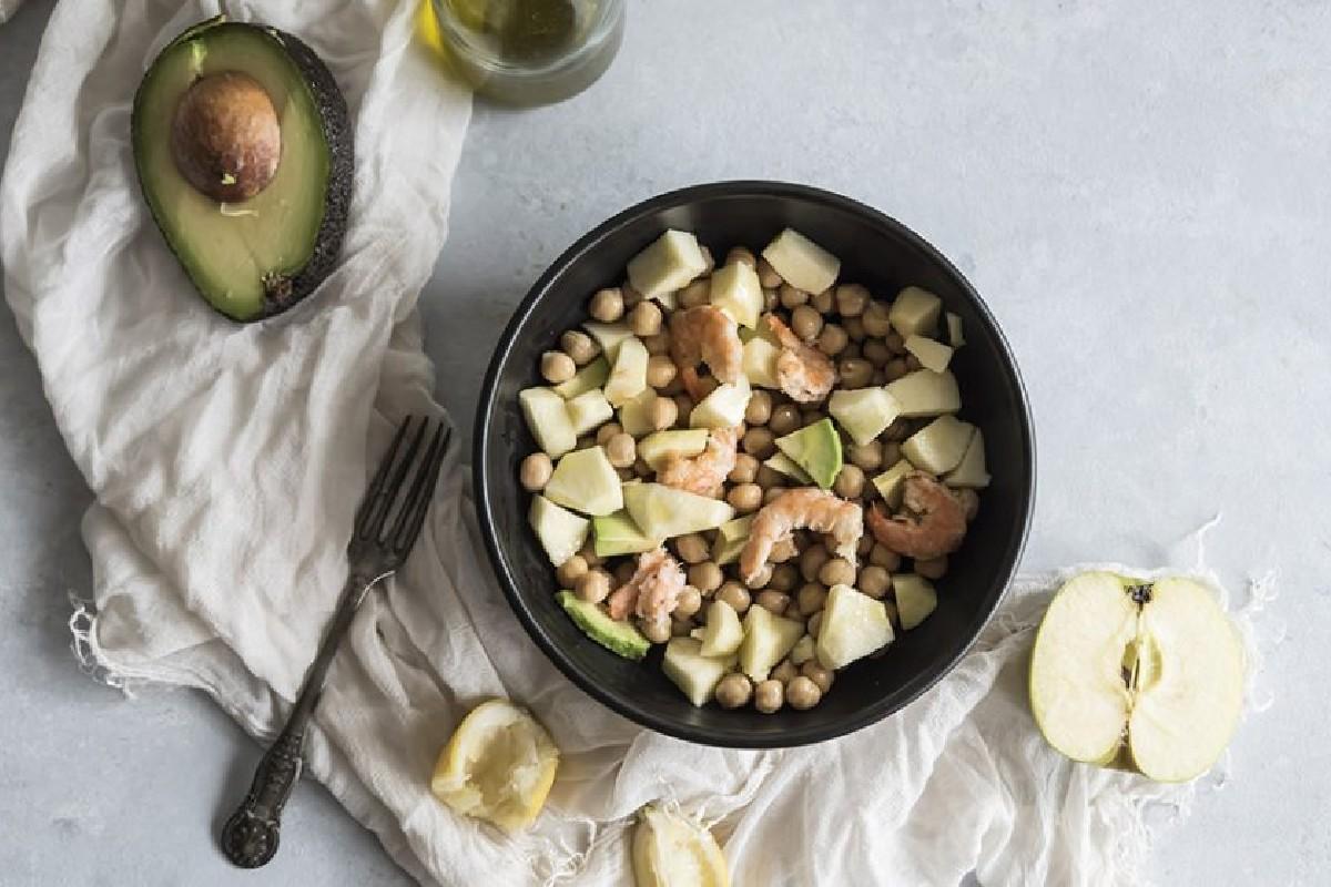 insalata di ceci avocado gamberi e mela verde