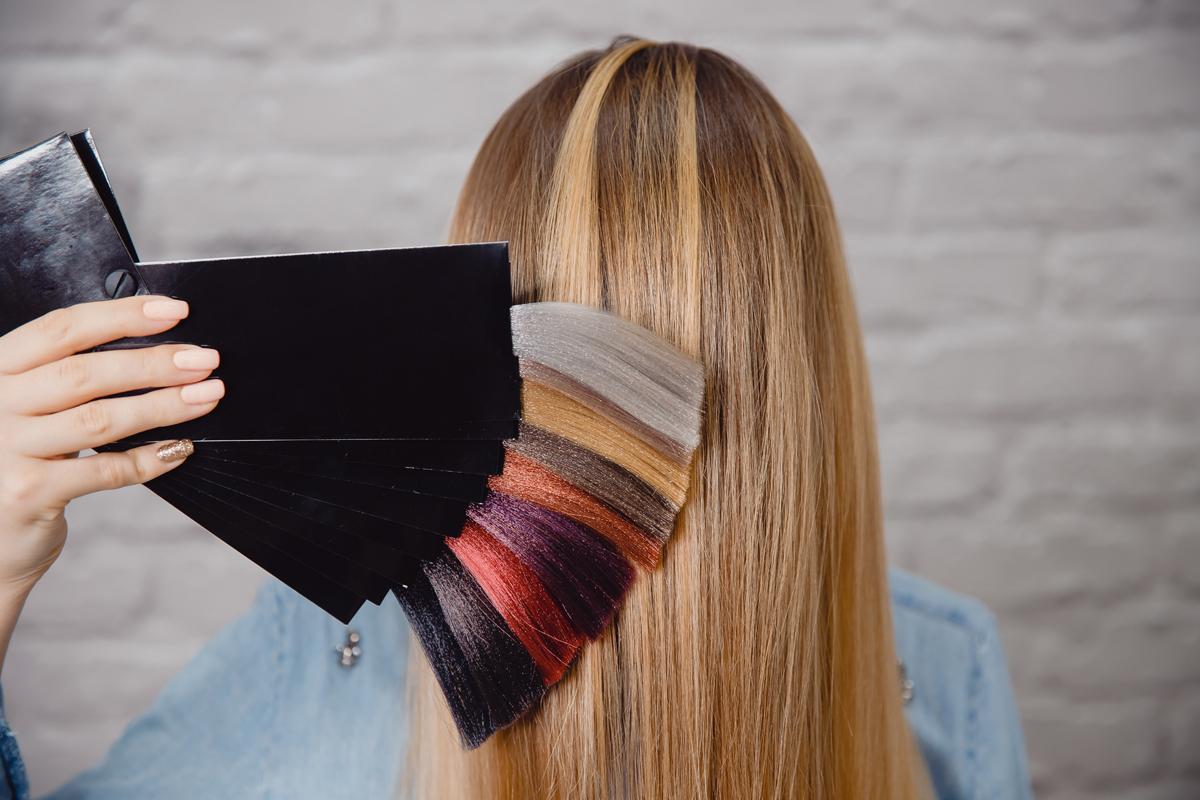 Tingere i capelli in casa: come