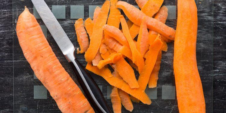 """Bucce e gambi di frutta e verdura: altro che """"scarti"""", sono i più nutrienti. L'indagine di Altroconsumo"""